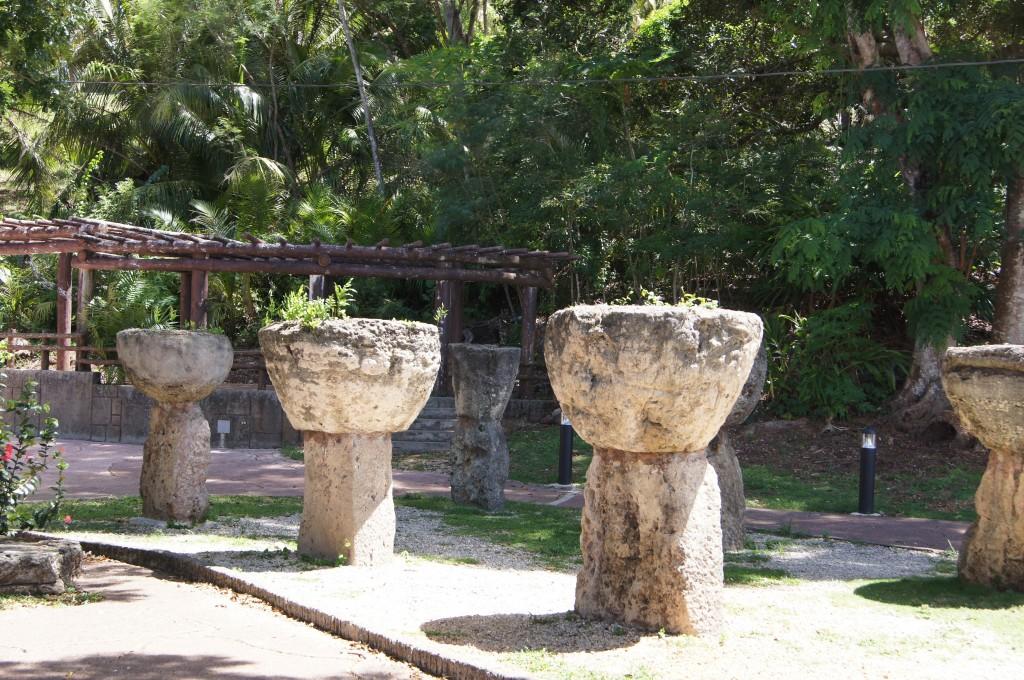 謎の石、ラッテ・ストーン。近年では高床式住居の柱だったと考えらている。